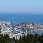 Панорама на город, море и остров