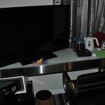 Gran TV y hervidor de agua