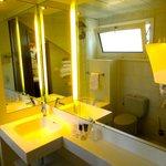 Salle de bains aérée et lumineuse