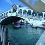 Ponte di Rialto foi terminada no século XIV