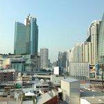 宿泊フロアの窓から、ターミナル21方面。グランデセンターポイントホテルや、グランドミレニアムホテルも見えます。
