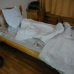 サバイバルシートを敷いて寝ました。布団は薄い。