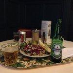 カフェではアルコール類も用意されています。サラダは3種類から好きな分よそってくれます。とても美味しかった。