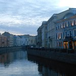 canal moika avec hotel au centre