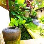 お部屋(ヴィラ)の庭。傘入れの壺も素敵!