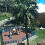 Utsikt fra hotellrommet på dagtid, ett av flere lekeområder