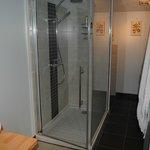 une douche spacieuse