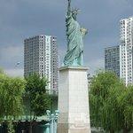 セーヌ川・グルネル橋のたもとに建つ「自由の女神像」
