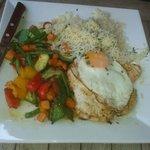 Tacchino grigliata con uovo e verdure miste