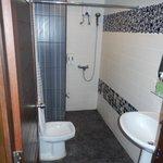 salle de bain , petite mais fonctionnelle et propre