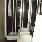 Y el baño con dos lavabos.