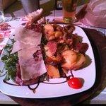 Tagliata con rucola, pomodorini, parmigiano e patate arrosto