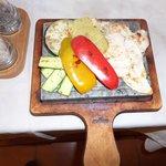 Piccata di pollo con verdure su pietra ollare