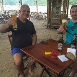 Luiz Fernando e Armin tomando uma Jacobinus Hefeweizen, uma das melhores cervejas da Alemanha no
