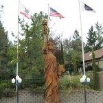 Yosemite Gateway Inn Redwood Statue
