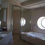 窓付きの広いバスルーム