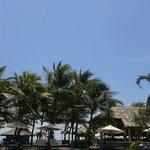 Blick vom Pool zum Strand, mit Blick auf Restaurant