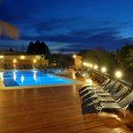 Amplia piscina de 10 mts x 15 mts con múltiples niveles, para toda la familia.