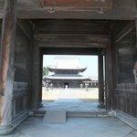山門から見る仏殿