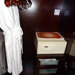 浴袍,保險箱及紙拖鞋等等