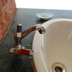 L'eau arrive à couler DANS le lavabo ... chance