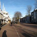Улица, на которой расположен отель (слева) упирается в море (вдали).