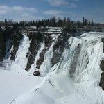 Le Pain de Sucre, en hiver, les vapeurs d'eau de la chute forme un amoncellement de neige