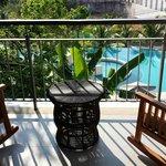 Blick auf Balkon und Pool