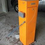 pieds et socle de la barrière du parking