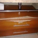 Baño con mesas deterioradas