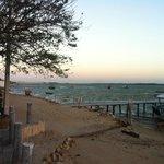 Praia/rio e o pier que dá acesso ao hotel