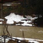 部屋からの残雪と渓流の眺め
