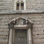 Fachada externa do Fórum de Augusto (Fundos) visto da Via Tor de Conti