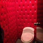 Banheiro com decoração extravagante
