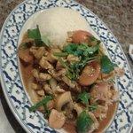 Блюдо из риса, томатов, курицы, шампиньонов и кешью