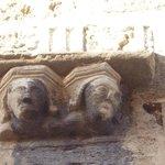 Фигурки на наружной стене левой башни