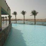 zwembad met uitzicht over port ghalib