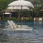 lazy chair di tengah kolam renang