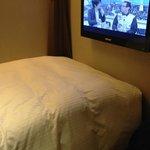 ベッドの前の壁掛けTV。ここしかTVを置く場所がない。
