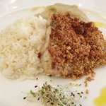 Prato simples com peixe, arroz branco e purê de banana, que custa mais de R$ 60,00
