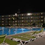 A piscina aquecida fecha as 23h. Perfeito pra relaxar.