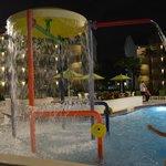 As crianças se divertem na piscina aquecida e no parquinho com areia.