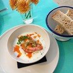 Crème de chou-fleur, oeufs de saumon et crevettes