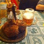 Stinco e birra in tavola