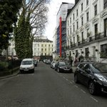 Calle frente al hotel (dcha)