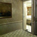 Vue de la chambre sur la salle de bain