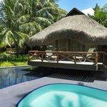 Bangalô e piscina.