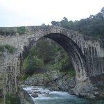 Puente de Alardos en el pueblo de al lado