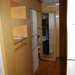 recibidor, armario de 2 cuerpos con espejo, caja fuerte y minibar