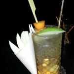 Cocktail a base di rum, mela verde e mandarino cinese